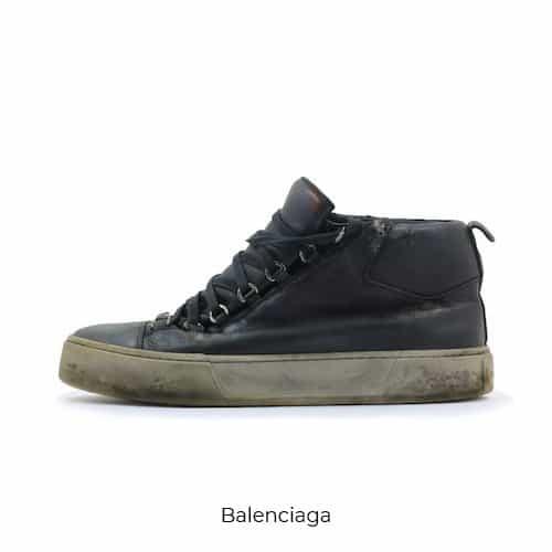 Scarpa Balenciaga sporca di fango. Servizio di pulizia Sneaker