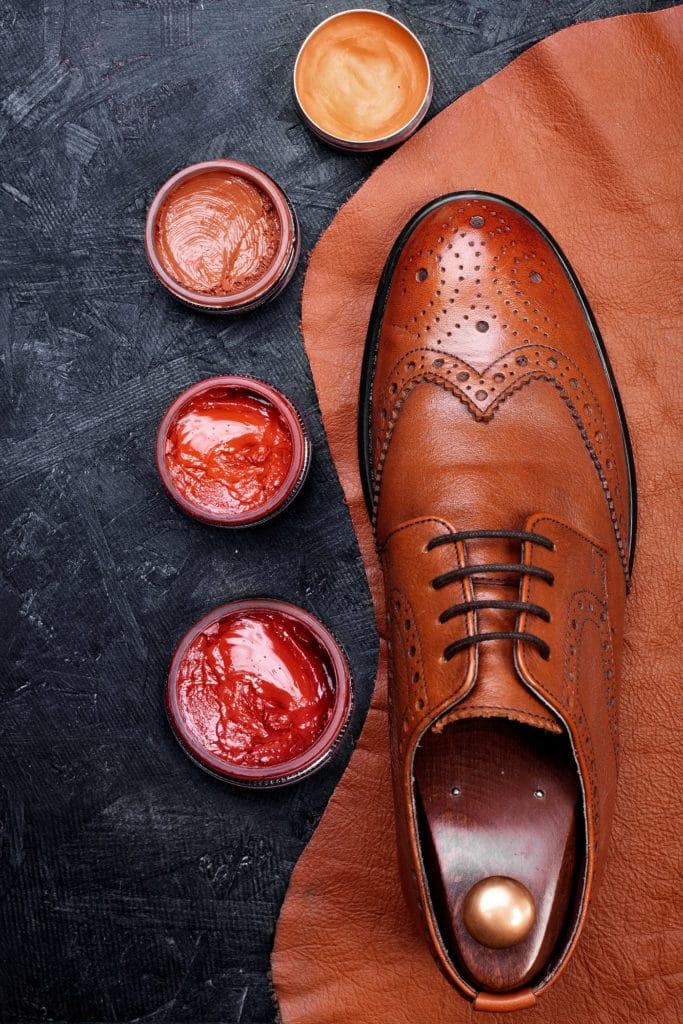 Scarpa calssica circondata da creme coloranti